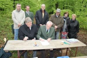 Im Vordergrund v. l. n. r.: Jost Arnold, RuheForst GmbH und Bürgermeister Dr. Gerhard Hanke