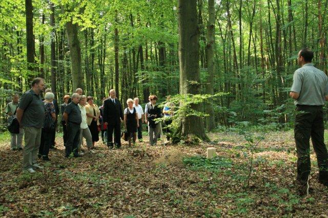 Str 1 in Auf den RuheForst-Bestattungsanlagen ist der Förster der Friedhofsgärtner